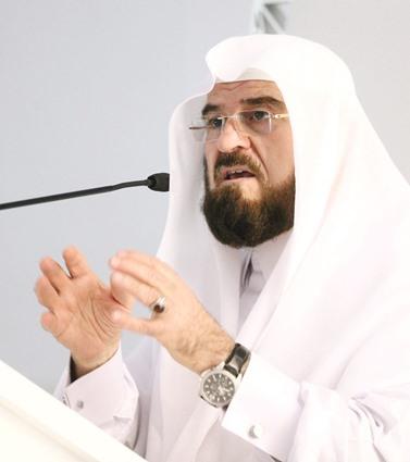 الأمين العام  محاضراً  في قاعة الترقي في جمعية العلماء المسلمين الجزائريين.